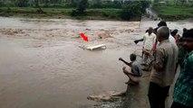 Udaipur : 2 युवक पिकअप समेत नदी में बहे,बचाने में ग्रामीणो ने यूं लगा दी जान की बाजी, देखें वीडियो
