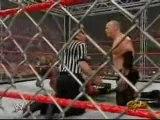 Triple H lui mène la vie dure....