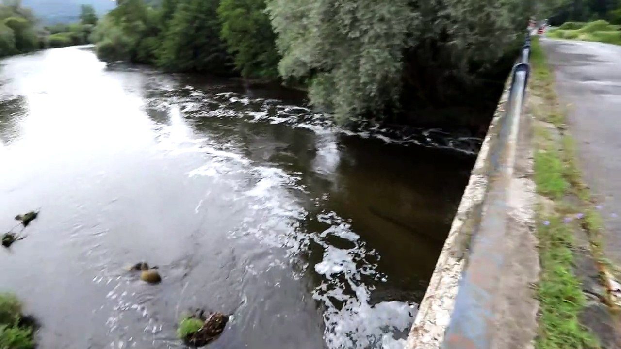 Na hladine rieky Hron vo Zvolene sa z neznámych príčin objavila biela pena