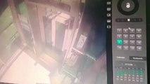 70대 노인 탄 전동휠체어, 엘리베이터 문 부수고 추락 / YTN
