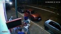 Il se prend un pneu de voiture assis à la terrasse d'un bar !