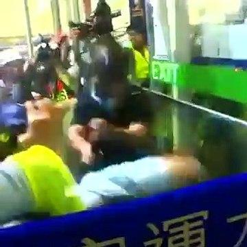 Hong Kong: Regardez les images de manifestants qui attaquent à plusieurs reprises un policier dans l'aéroport de la ville - VIDEO