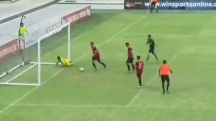 Un jeune colombien inscrit un but maradonesque