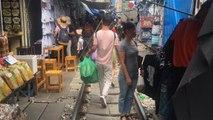 Il mercato sulla ferrovia in Thailandia: un'esperienza unica e suggestiva