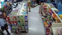 L'arrestation de ce couple tourne au ridicule dans un supermarché par la police