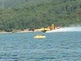 Canadair en action de remplissage de sa réserve d'eau