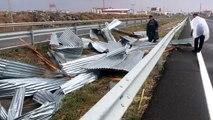 Uçan çatı kara yolunda trafiği aksattı - KARS