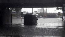 İstanbul'da bir anda bastıran yağmur hayatı felç etti