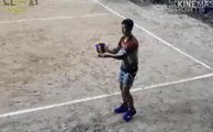 Il fait des services très hauts au Volleyball pour tromper l'équipe adverse !