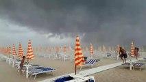 Sur la plage, ces touristes ont été surpris par une énorme tempête