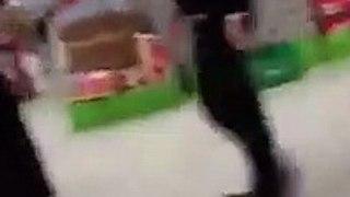 Regardez tout ce qu'elle essayait de voler au supermarché sous sa djellaba !