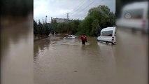 Gönüllü itfaiyeci, su baskınında mahsur kalan vatandaşı sırtında taşıdı