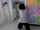 Angelina debout dans sa chambre
