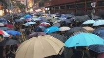 Calma bajo la lluvia en una desafiante manifestación masiva en Hong Kong