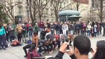 Il assome un passant en sautant dans une performance de rue ratée à New York !