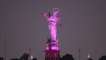 La Virgen del Panecillo de Quito se ilumina de rosa contra el cáncer de mama