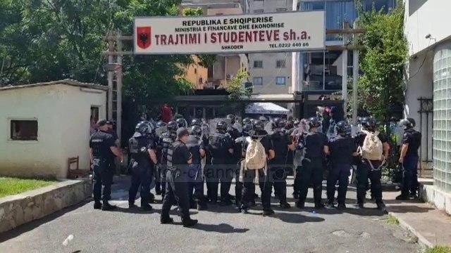 Përplasje mes policisë dhe protestuesve në Shkodër