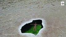 Piscine naturelle dans un désert de sel en Ethiopie