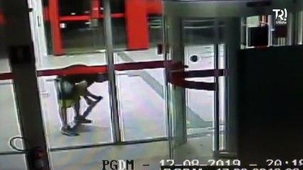 Câmera flagra homem invadindo banco com uma tampa de 'bueiro'