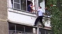 Rusya'da kavga çıkaran adam polise kızınca bebeğini camdan atmaya çalıştı