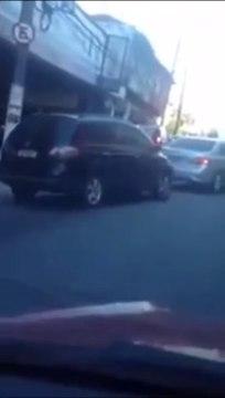 VÍDEO: se chocan en plena calle como si estuvieran en un videojuego