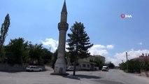 Aksaray'da yol ortasında kalan camisiz minare şaşırtıyor