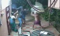Un couple de personnes âgées se défend contre des voleurs armés de machettes !