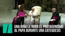 Una niña le roba el protagonismo al papa durante una catequesis