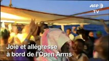 Les migrants de l'Open Arms célèbrent le débarquement