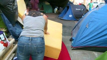 """""""Nunca habíamos vivido algo tan difícil"""", dicen latinos que acampan en la calle en París"""