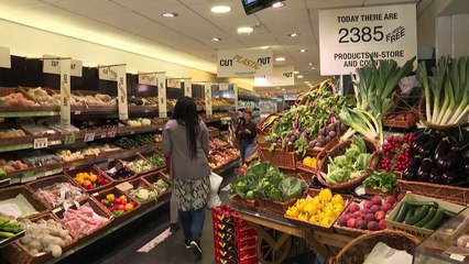 UK supermarkets test plastic-free zones