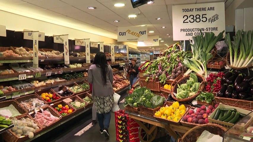 UK supermarkets test plastic-free zones