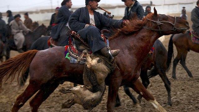 """Rincorrono la carcassa di una capra a cavallo, ma si tratta di uno """"sport"""""""