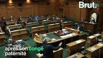 Quand le président du Parlement néo-zélandais s'occupe d'un bébé en plein débat