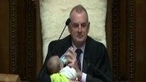 Virale la foto dello speaker neozelandese con il bebé in aula