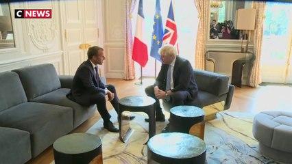 Boris Johnson a-t-il posé un pied sur la table pendant sa visite à l'Elysée ?