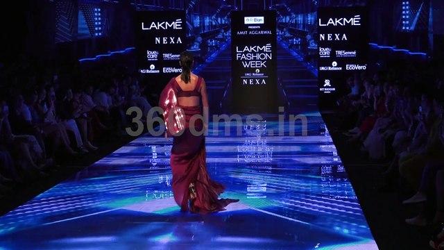 Lisa Haydon looks gorgeous as she walks on ramp with Hardik Pandya at Lakme Fashion Week 2019