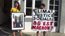 G7 Biarritz, ambientalisti staccano foto di Macron da municipio