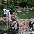 Il réussit à envoyer la balle de golf directement au trou