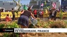 Manifestation devant une usine Monsanto près de Biarritz