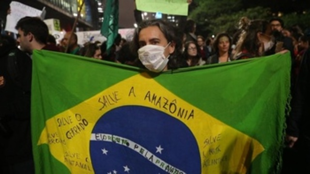 Brasil arde en protesta mientras la Amazonía es abrasada por la llamas