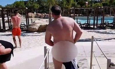 Piégé par sa famille, un homme de 55 ans se retrouve nu sur la plage lorsque son maillot part en lambeaux