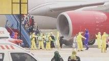 Les Indonésiens évacués de Wuhan aspergés de désinfectant à leur arrivée