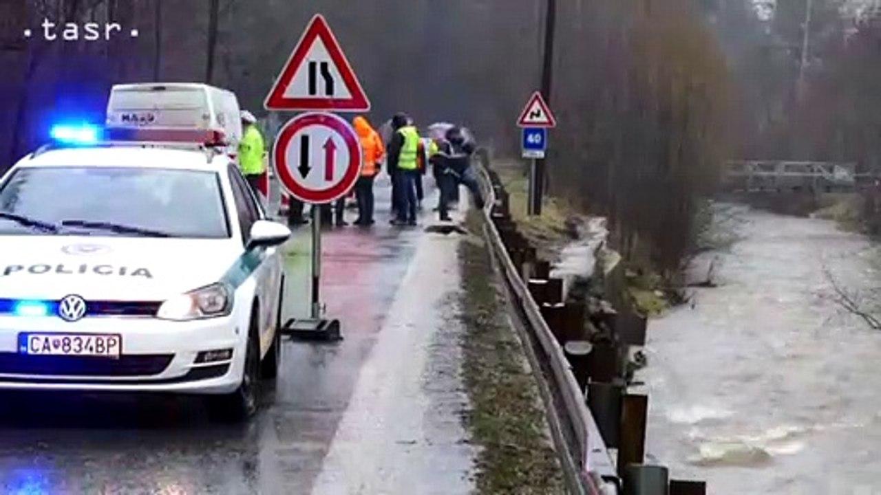 V Turzovke voda podmýva cestu, jeden jazdný pruh je uzavretý