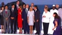 Les chefs de délégations participant au sommet du G7 posent pour une photo de famille