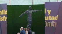 El Barcelona presenta la estatua dedicada a Johan Cruyff