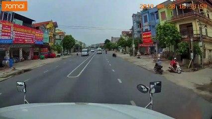 Pha xử lý xuất thần của lái xe Container cứu mạng bé trai trong gang tấc