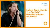 """Julien Doré chante """"La Corrida"""" dans les arènes de Nîmes"""