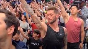 300 hommes dansent pour soutenir le Prince George, moqué pour sa passion du ballet
