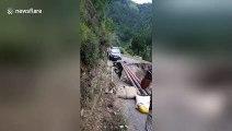 Route détruite, cette voiture traverse au-dessus du vide sur un pont de fortune !